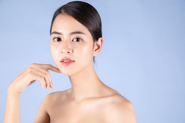 Schöne junge asiatische aufstellung