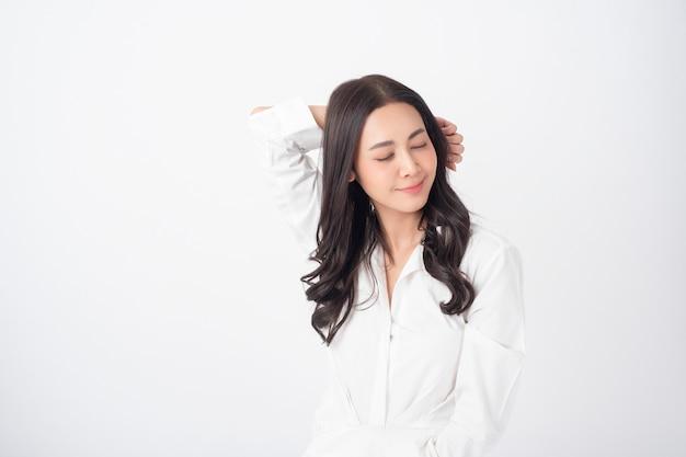 Schöne junge asiatische frau auf weißem kleid
