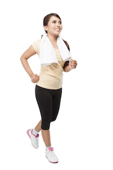 Schöne junge asiatische frau, die innen joggt, lokalisiert