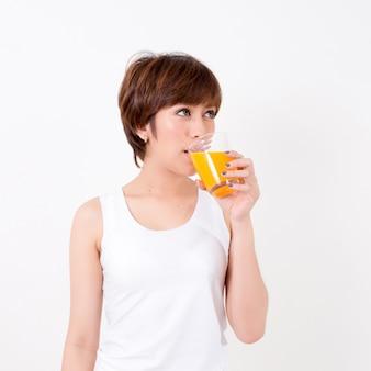 Schöne junge asiatische frau mit gesundem lebensmittel.