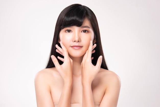 Schöne junge asiatische frau mit sauberer frischer haut, auf rosa hintergrund, gesichtspflege, gesichtsbehandlung. kosmetologie, schönheit und spa. asiatisches frauenporträt