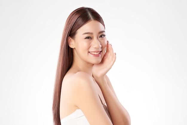 Schöne junge asiatische frau mit sauberer frischer haut auf weiß