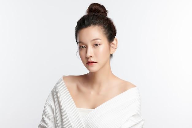 Schöne junge asiatische frau mit sauberer frischer haut auf weißem hintergrund, gesichtspflege, gesichtsbehandlung, kosmetik, schönheit und spa, asiatisches frauenporträt. Premium Fotos