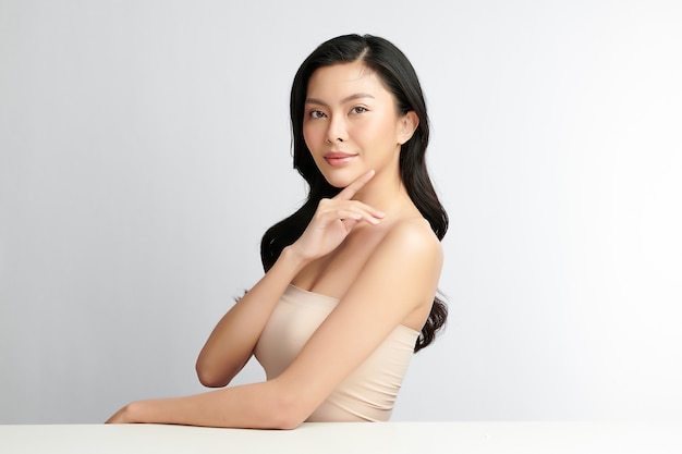 Schöne junge asiatische frau mit sauberer frischer haut auf weißem hintergrund, gesichtspflege, gesichtsbehandlung, kosmetik, schönheit und spa, asiatisches frauenporträt.
