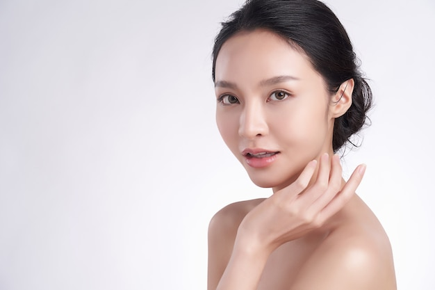 Schöne junge asiatische frau mit sauberer frischer haut auf weißem hintergrund, gesichtspflege, gesichtsbehandlung, kosmetologie, schönheit und spa, asiatisches frauenporträt