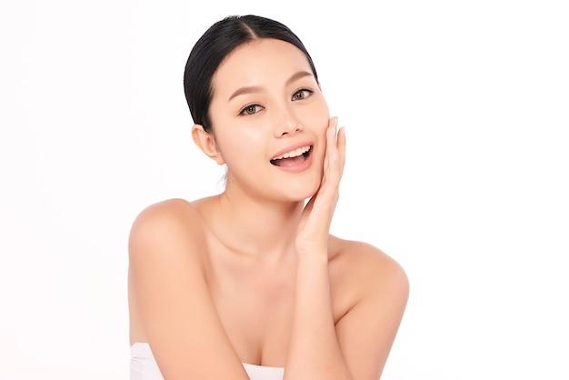 Schöne junge asiatische frau mit sauberer frischer haut auf weißer wand, gesichtspflege, gesichtsbehandlung, kosmetologie, schönheit und spa, asiatisches frauenporträt