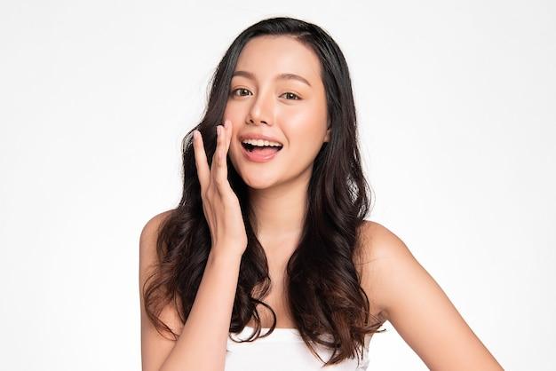 Schöne junge asiatische frau mit sauberer frischer haut auf weißer wand, gesichtspflege, gesichtsbehandlung, kosmetologie, schönheit und spa, asiatisches frauenporträt.