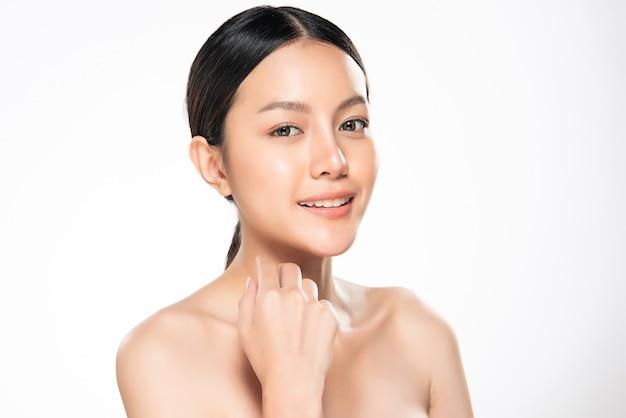 Schöne junge asiatische frau mit sauberer frischer haut. gesichtspflege, gesichtsbehandlung ,, beauty and cosmetics concept.