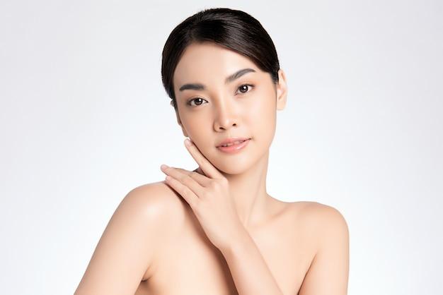 Schöne junge asiatische frau mit sauberer frischer haut, gesichtspflege, gesichtsbehandlung, kosmetologie, schönheit, asiatisches frauenporträt,