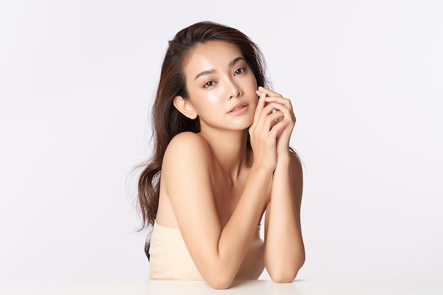 Schöne junge asiatische frau mit sauberer frischer haut, gesichtspflege, gesichtsbehandlung, kosmetologie, schönheit, asiatisches frauenporträt