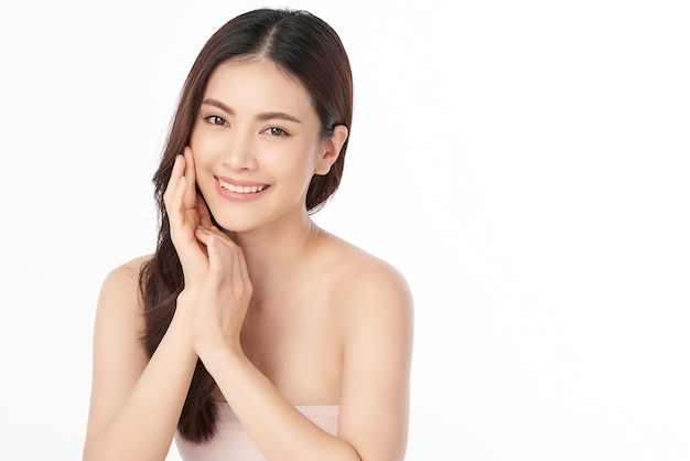 Schöne junge asiatische frau mit sauberer frischer haut, gesichtspflege, gesichtsbehandlung. kosmetologie, schönheit und spa.