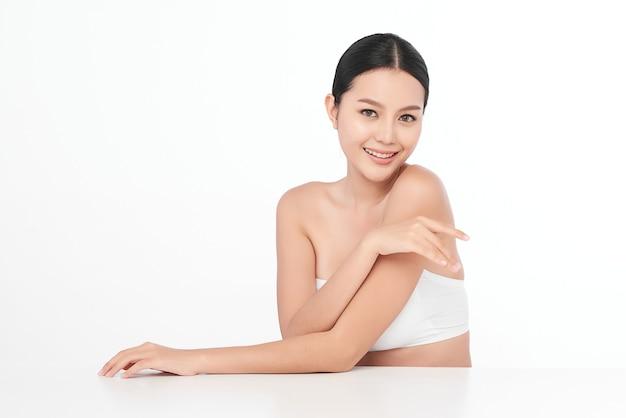 Schöne junge asiatische frau mit sauberer frischer haut, gesichtspflege, gesichtsbehandlung, kosmetologie, schönheit.