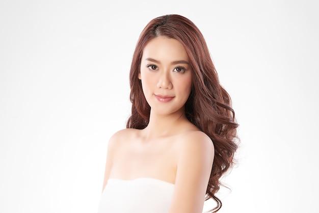Schöne junge asiatische frau mit sauberer frischer haut, gesichtspflege, gesichtsbehandlung, kosmetologie und schönheit