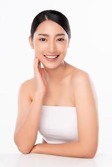 Schöne junge asiatische frau mit sauberer frischer haut. gesichtspflege, gesichtsbehandlung, kosmetologie
