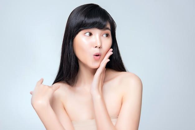 Schöne junge asiatische frau mit sauberer frischer haut.