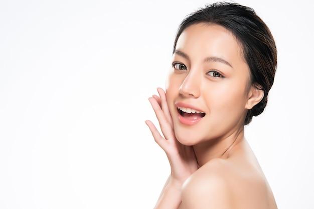 Schöne junge asiatische frau mit sauberer frischer haut,