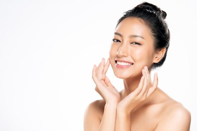 Schöne junge asiatische frau mit sauberer frischer haut