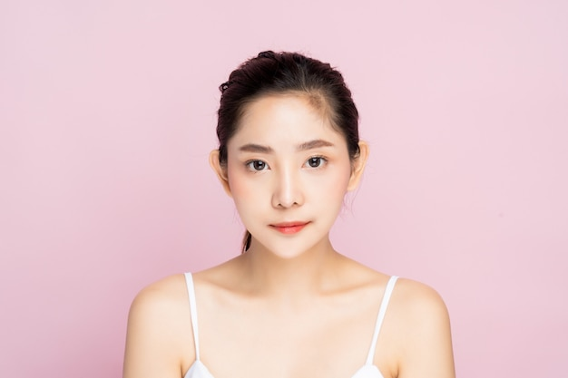 Schöne junge asiatische frau mit sauberer neuer weißer hautstellung