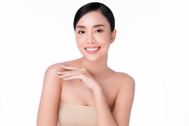 Schöne junge asiatische frauenhand, die auf schulter sich berührt. saubere und frische haut, schönheits-cosmetology-konzept