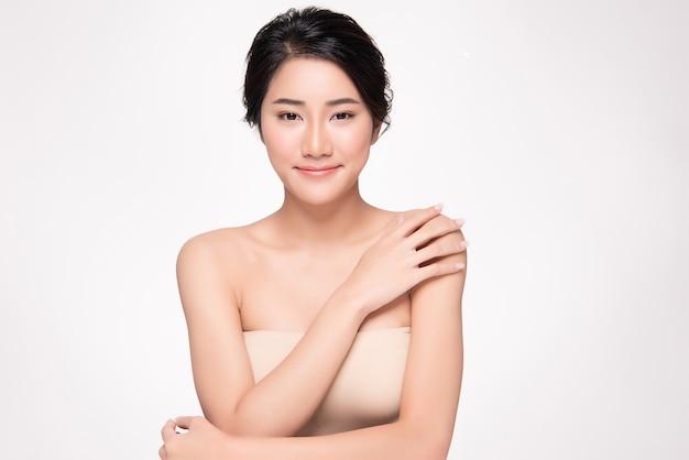 Schöne junge asiatische frauenhand, die auf schulter sich berührt