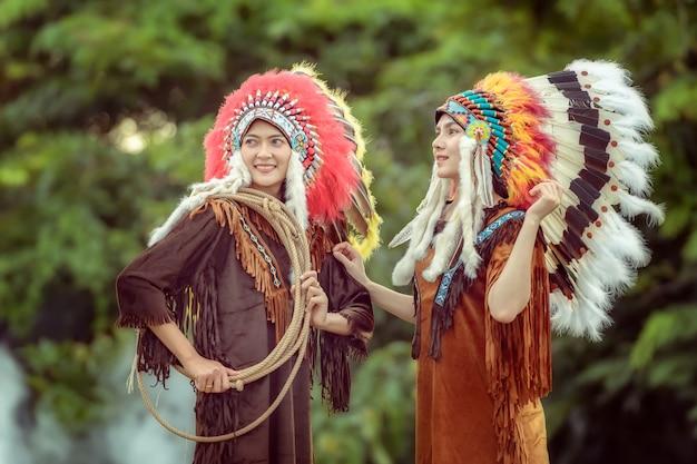 Schöne junge asiatische mädchen mit indianischer frau