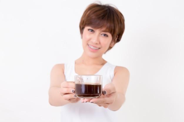 Schöne junge asien-frau mit einem tasse kaffee