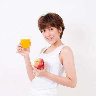 Schöne junge asien-frau mit gesundem lebensmittel