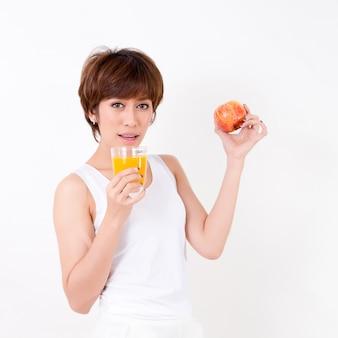 Schöne junge asien-frau mit gesunder nahrung. konzept für gesund.