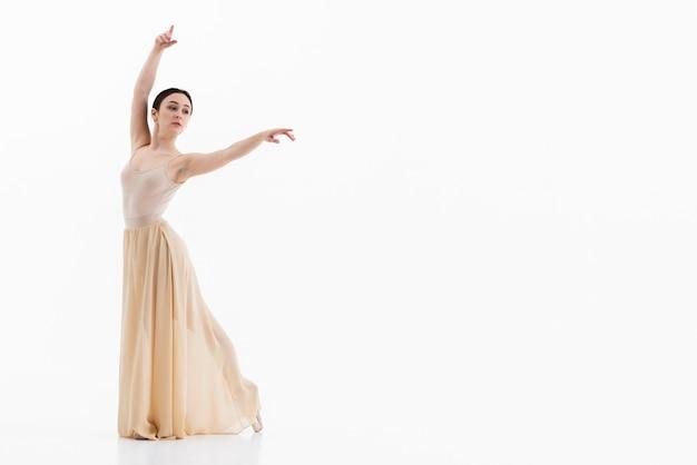 Schöne junge ballerina, die mit anmut tanzt