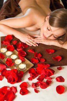 Schöne junge blonde frau, die spa-massage bekommt