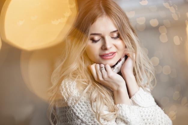 Schöne junge blonde frau zu weihnachten