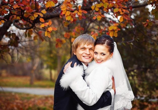 Schöne junge braut und bräutigam in der liebe.