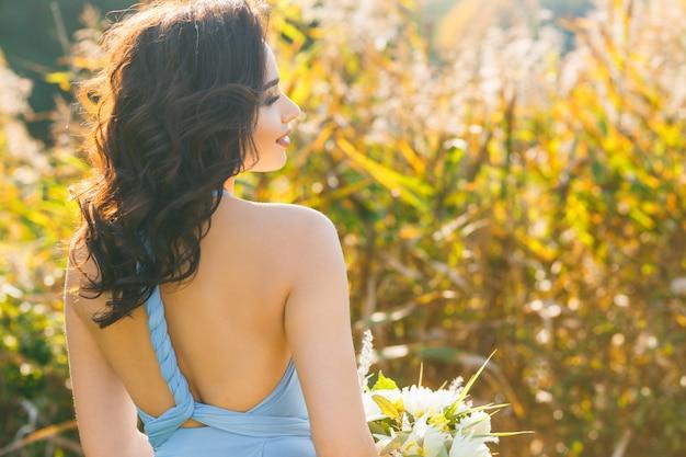 Schöne junge brautjungfer mit dem lockigen haar
