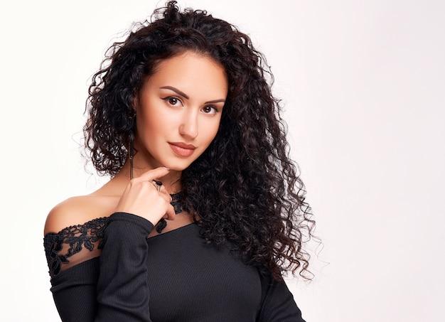 Schöne junge brünette mit lockigem haar und hellem make-up