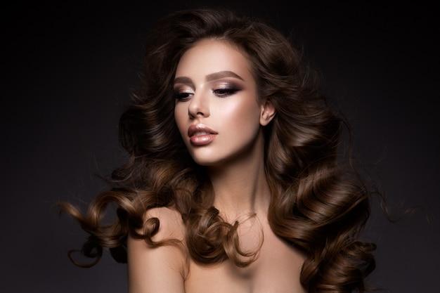 Schöne junge brünette mit make-up