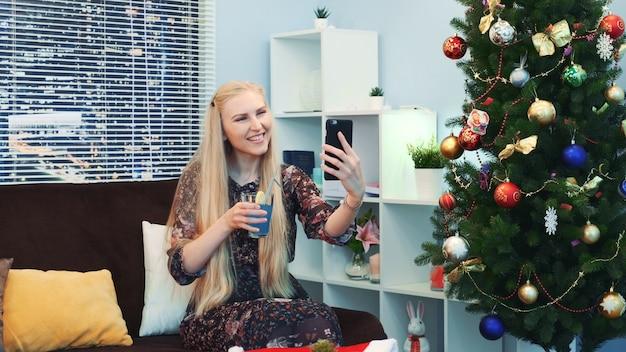 Schöne junge dame macht videoanruf per smartphone