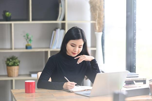 Schöne junge designerin, die im kreativbüro arbeitet.
