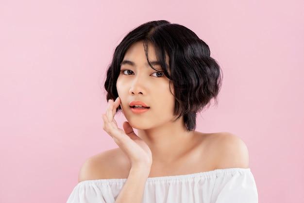 Schöne junge empfindliche asiatische frau mit gewellter kurzer frisur