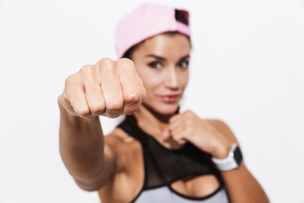 Schöne junge erstaunliche starke sport fitness frau boxer posiert isoliert über weißem wand hintergrund machen übungen.