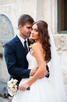 Schöne junge europäische braut und bräutigam hochzeitstag