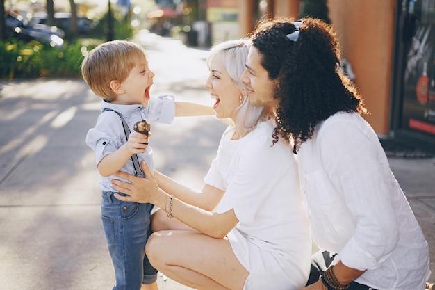 Schöne junge familie
