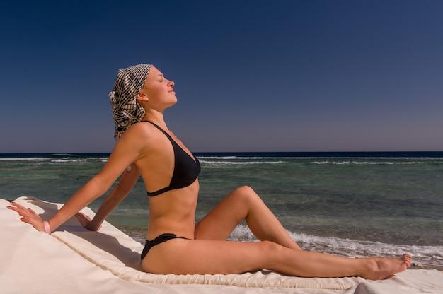 Schöne junge frau am strand