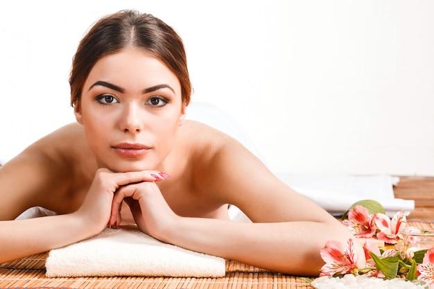 Schöne junge frau an einem badekurortsalon