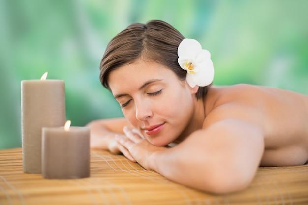 Schöne junge frau auf massage tabl