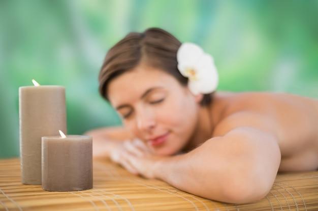 Schöne junge frau auf massagetisch