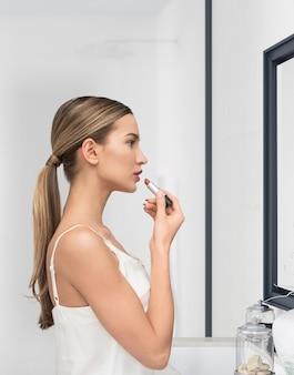 Schöne junge frau beim schminken