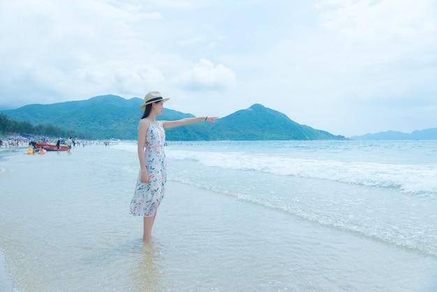 Schöne junge frau, die am strand entspannt