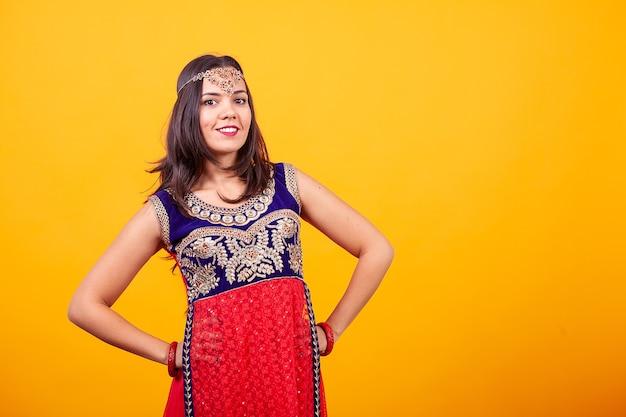 Schöne junge frau, die arabisches ethnisches kostüm trägt. fremde kultur