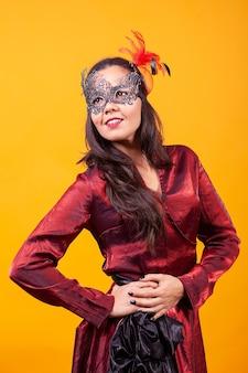 Schöne junge frau, die argentinisches rotes kleid trägt. fremde kultur