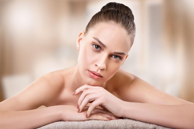 Schöne junge frau, die badekur erhält. massage